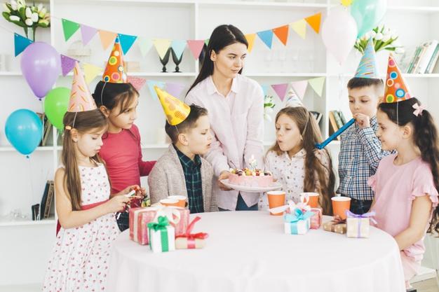 værtinde fra børnefest.dk der hjælper med at afvikle en børnefødselsdag
