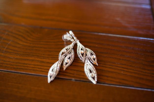 øreringe og smykker