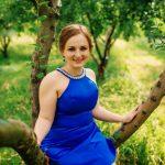 blå kjole til en stor kvinde