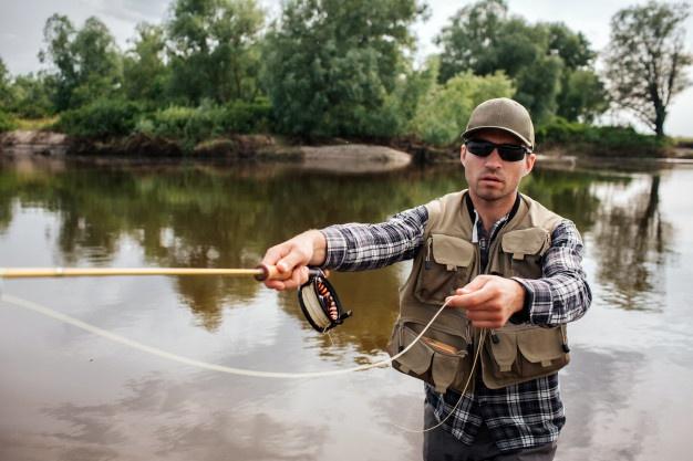 mand med solbriller fisker