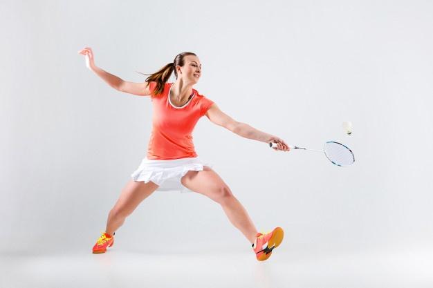 ¨kvinder spiller med badmintonketcher